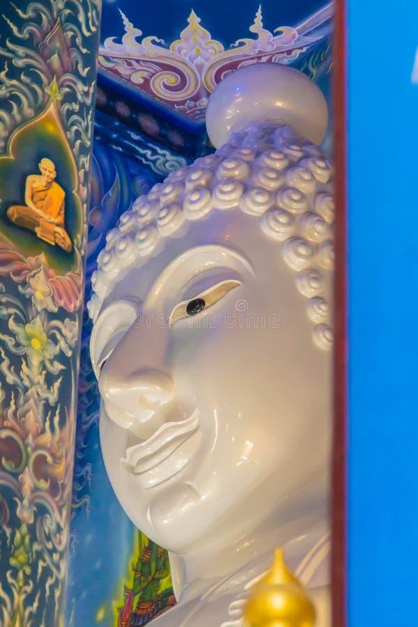 Красивое белое изображение Будды гиганта внутри буддийской церков на виске Wat Rong Suea 10, также известном как голубой висок, о стоковые изображения rf
