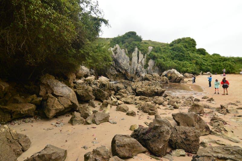 Красивое бортовое фото при люди посещая пляж Gulpiyuri в совете Llanes Природа, перемещение, ландшафты, пляжи стоковое изображение