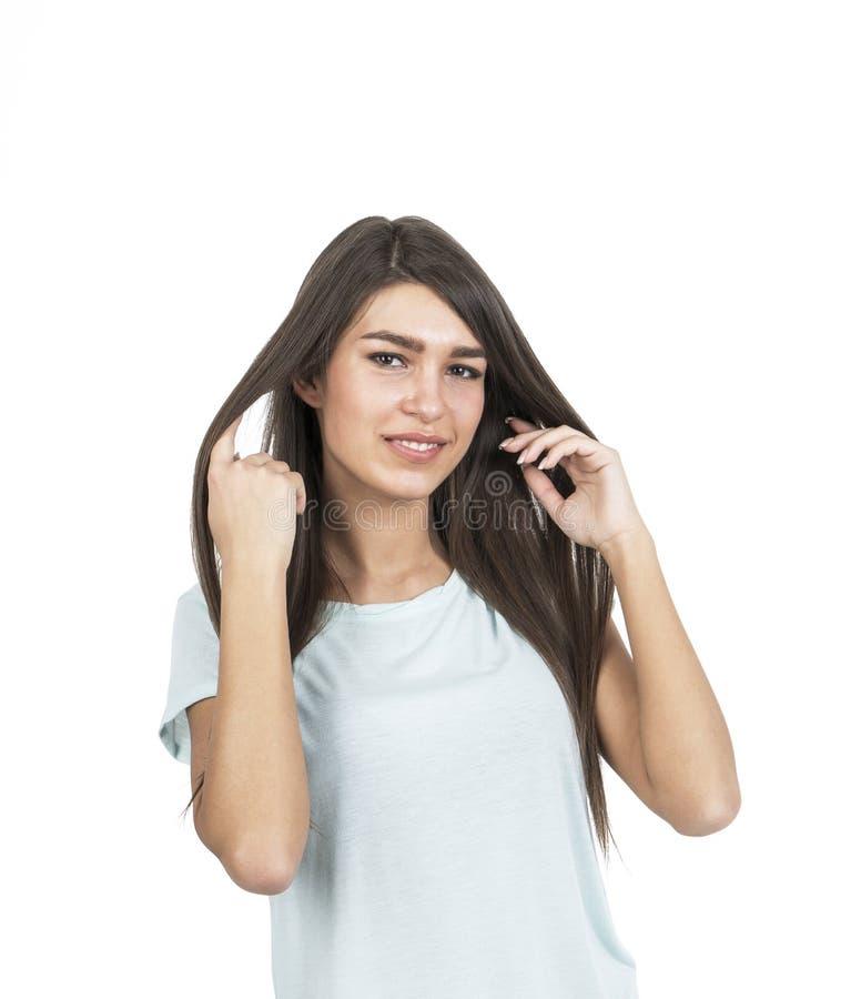 Красивое брюнет играя при ее изолированные волосы, стоковая фотография