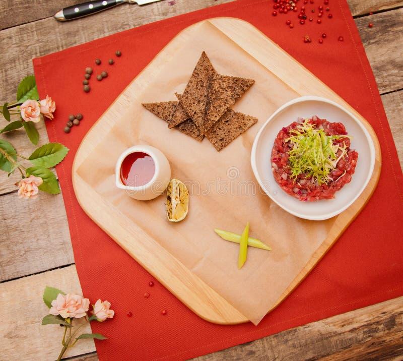 Красивое блюдо мяса на таблице стоковые фото