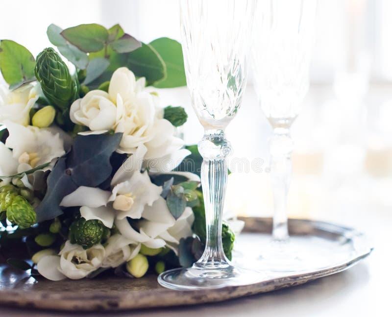 Красивое винтажное украшение свадьбы с шампанским и белым fl стоковые фото