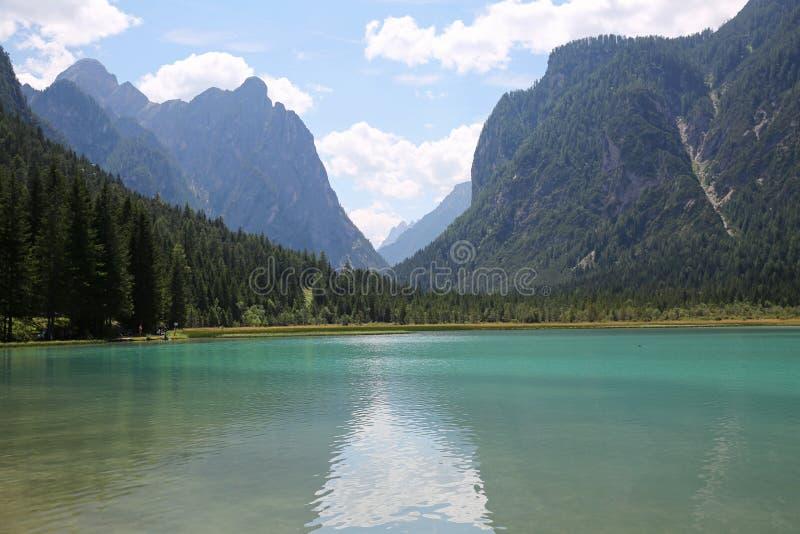Красивое высокогорное озеро в долине доломита, Италии стоковая фотография