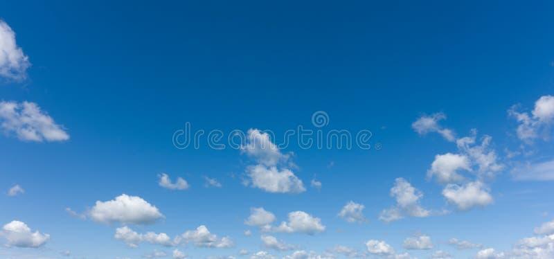 Красивое голубое небо и белые облака, профессиональный всход, отсутствие птицы стоковые фотографии rf