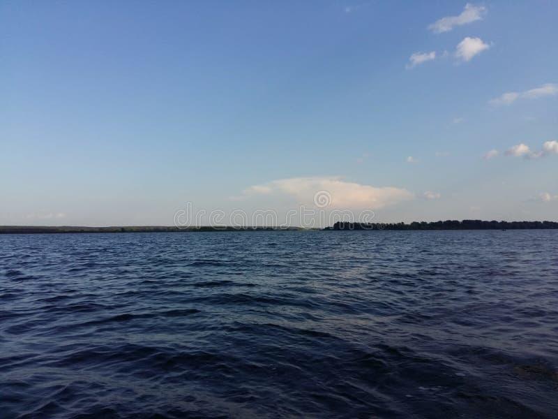 Красивое голубое небо с солнцем и солнечностью во время славного стоковое изображение rf