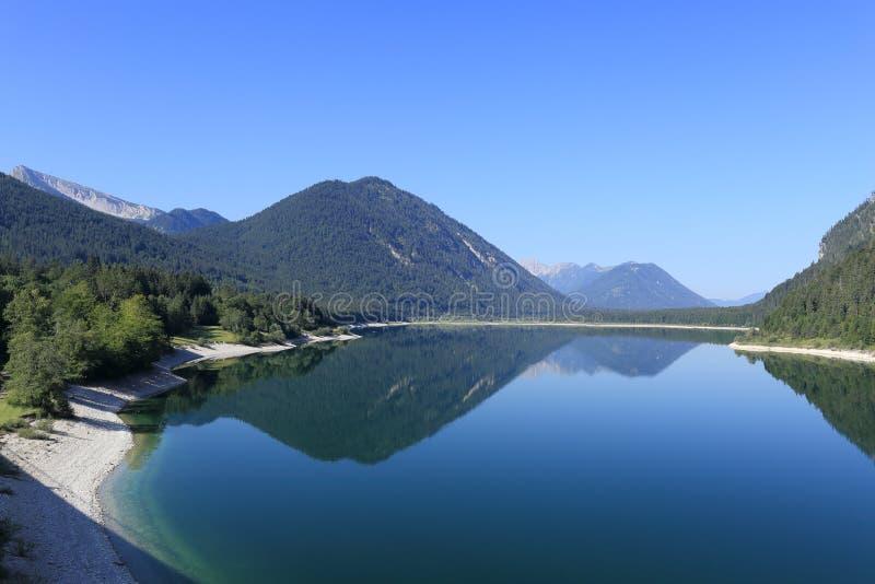 Красивое голубое озеро с горами стоковые фотографии rf