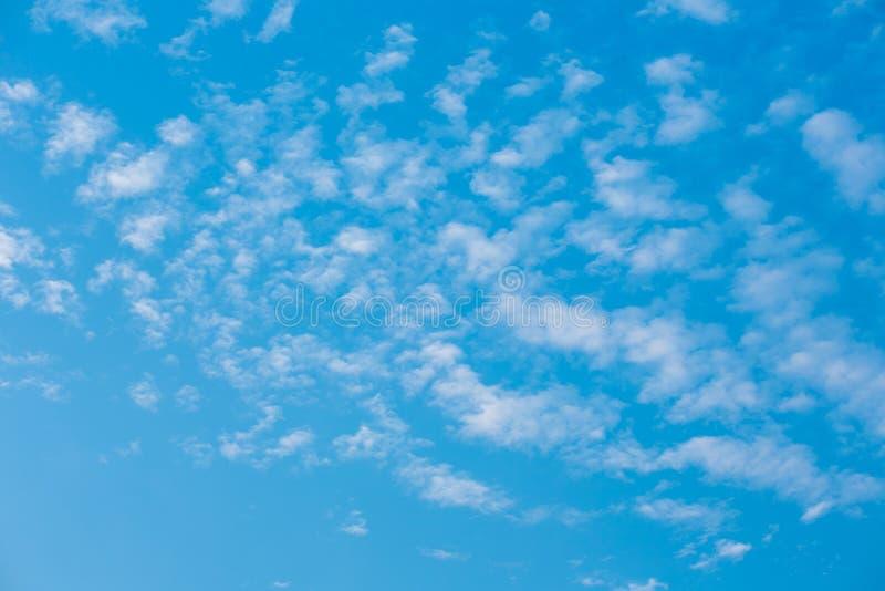 Красивое голубое небо с белым облаком стоковая фотография rf