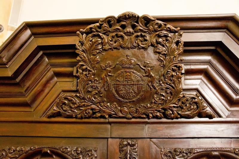 Красивое деревянное резное изображение на антикварной мебели стоковая фотография rf