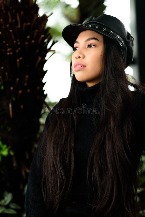Красивое длинн-с волосами брюнет стоковое изображение rf