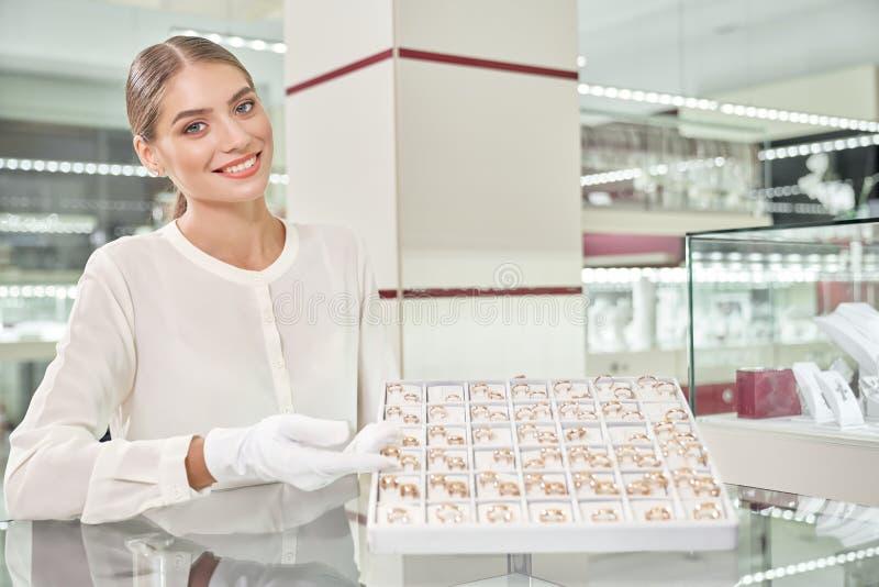 Красивое женское собрание показа продавца обручальных колец стоковые изображения rf