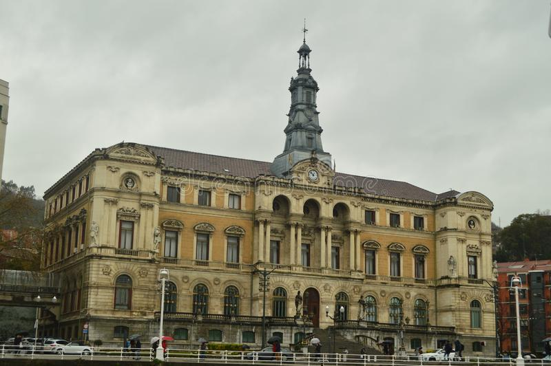 Красивое здание здание муниципалитета Бильбао на очень дождливый день Праздники перемещения архитектуры стоковая фотография