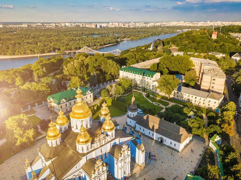 Красивое золотое ` s Киева Украины St Michael Золот-придало куполообразную форму монастырь над взглядом воздушные alps плавают вд стоковая фотография rf