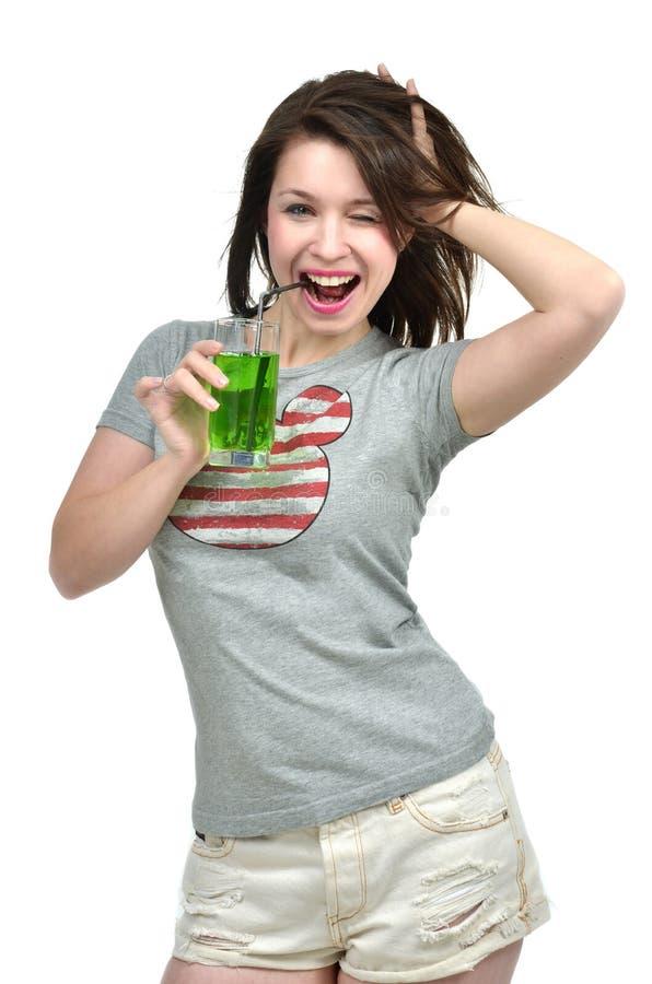 Красивое здоровое coc сока зеленого цвета питья женщины брюнет образа жизни стоковое изображение