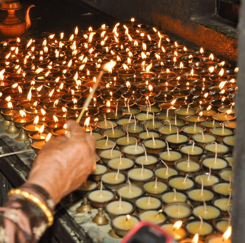 Красивое изображение ламп землистых/металла увиденных в Monastary в Непале стоковые изображения rf