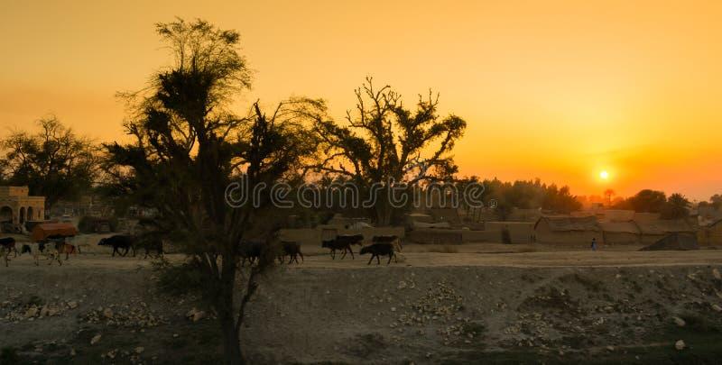 Красивое изображение ландшафта захода солнца над деревней стоковое фото