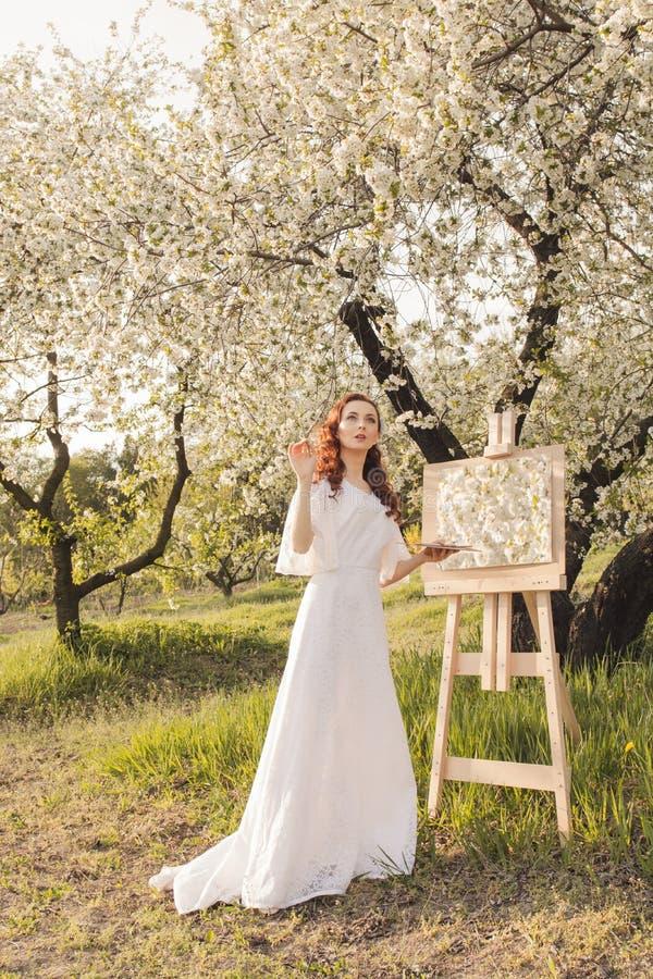 Красивое изображение чертежа художника женщины стоковая фотография