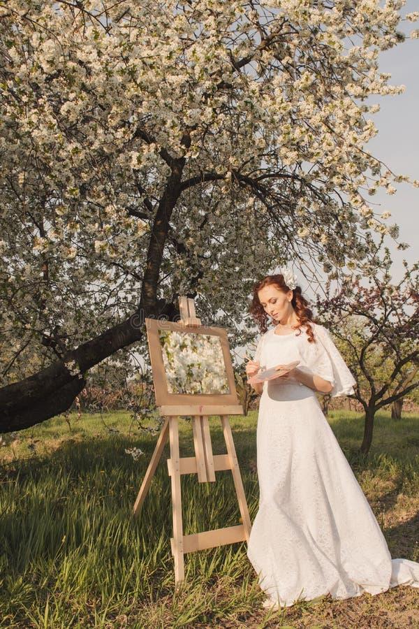 Красивое изображение чертежа художника женщины стоковое фото rf