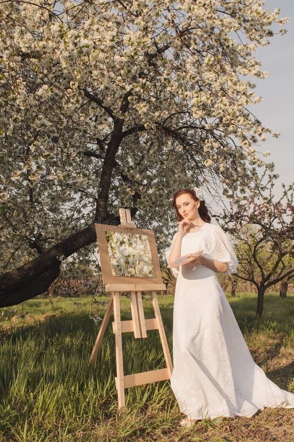 Красивое изображение чертежа художника женщины стоковые фото
