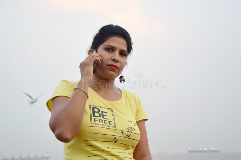 Красивое индийское положение портрета женщин в шлюпке стоковые фото