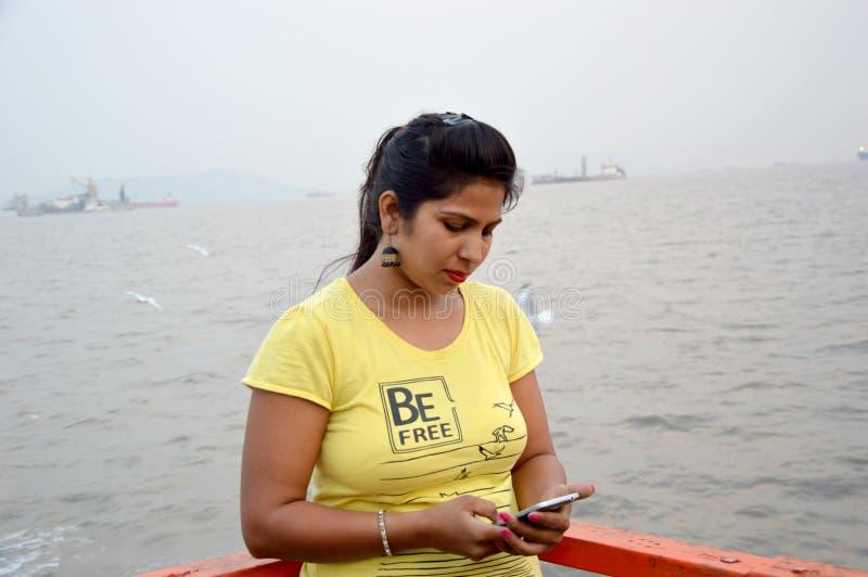Красивое индийское положение портрета женщин в шлюпке стоковое изображение