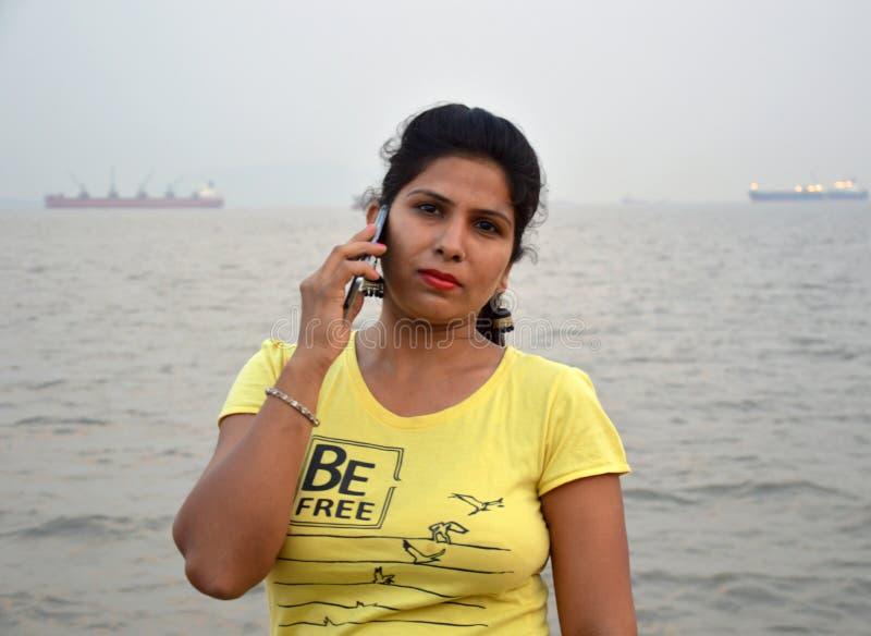 Красивое индийское положение портрета женщин в шлюпке стоковое фото rf