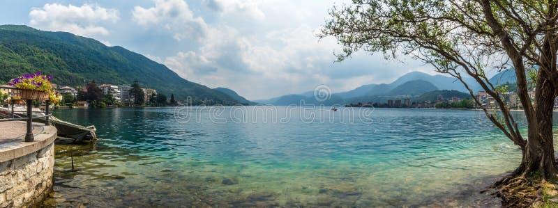 Красивое итальянское озеро omegna во время периода лета стоковые изображения