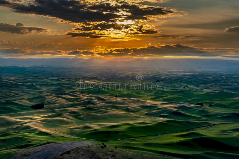 Красивое и драматическое Palouse, Вашингтон, восход солнца лета стоковые изображения rf