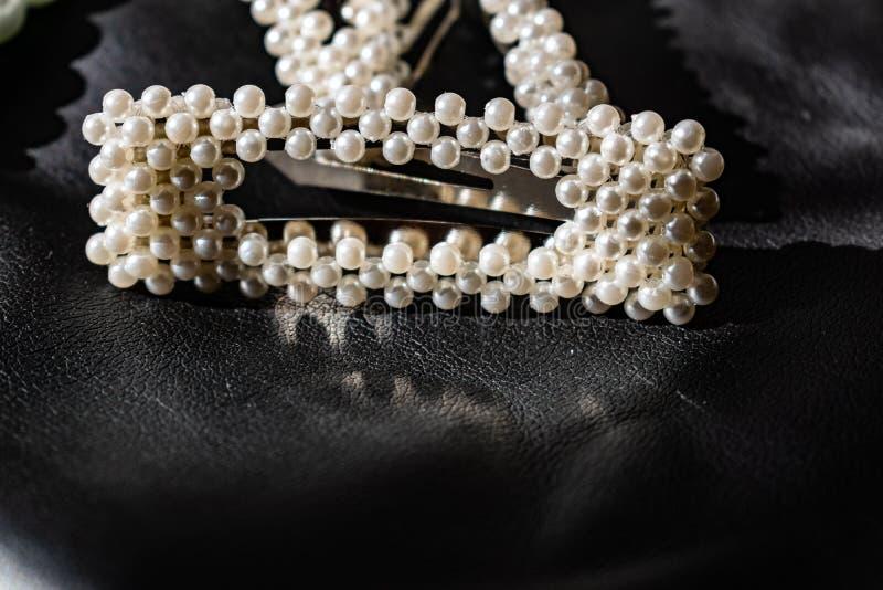 Красивое и модное украшение белых шариков жемчугов, славный milky цвет, на черной кожаной предпосылке стоковые фотографии rf
