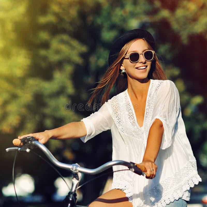 Красивое катание девушки на велосипеде стоковые фото