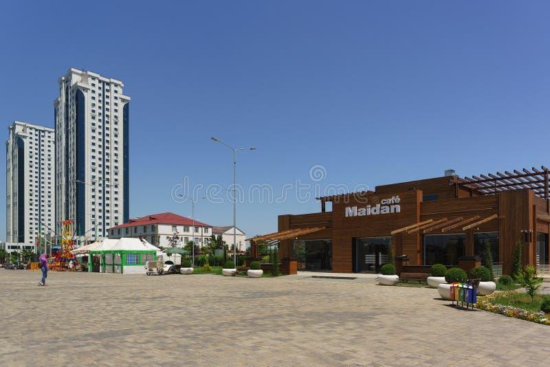 Красивое кафе Maidan перед комплексом города Грозного высотных зданий в центре города стоковое фото