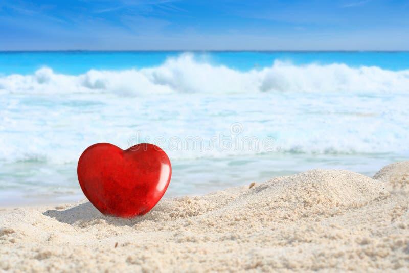 Красивое красное сердце дня Святого Валентина на тропическом пляже с белым песком стоковые фотографии rf