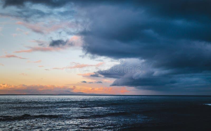Красивое красочное небо с причаливая штормом стоковые фотографии rf