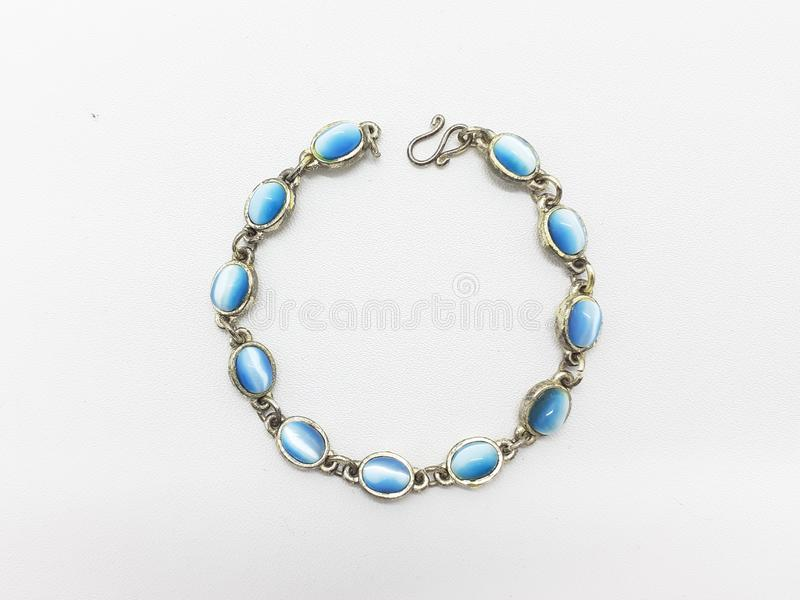 Красивое красочное ожерелье для ювелирных изделий женщины в белой предпосылке 05 стоковое фото rf