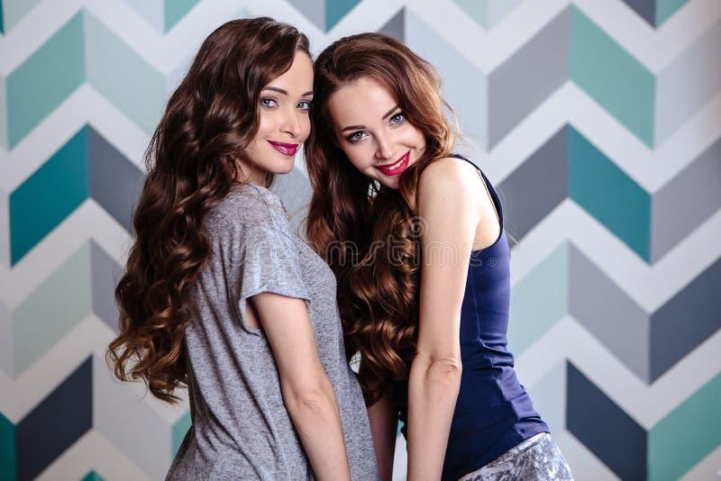 Красивое молодое брюнет дублирует женщин с длинным составом вьющиеся волосы и вечера, портретом красоты моды стоковые фото