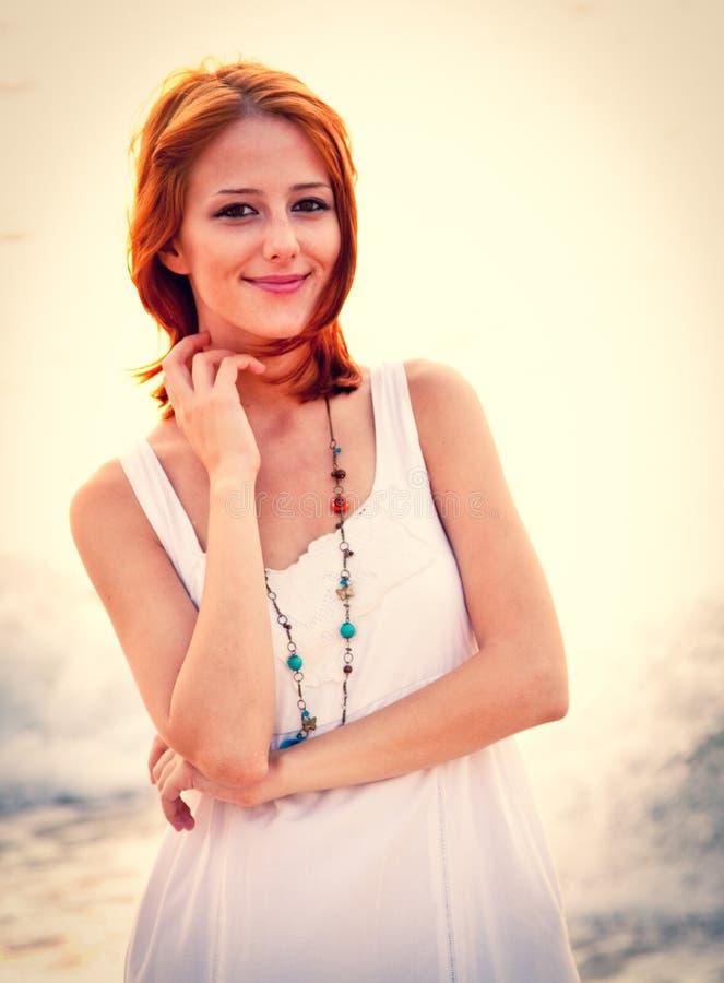 Красивое молодое рыжеволосое на пляже стоковые изображения