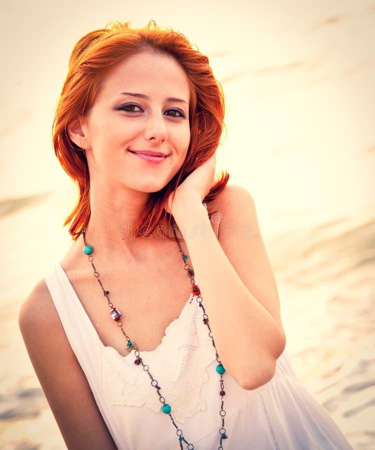 Красивое молодое рыжеволосое на пляже стоковое изображение rf