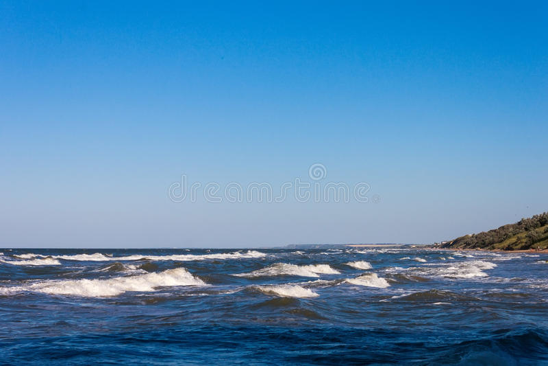 Красивое море и волны голубого неба ландшафта приставают к берегу стоковая фотография rf
