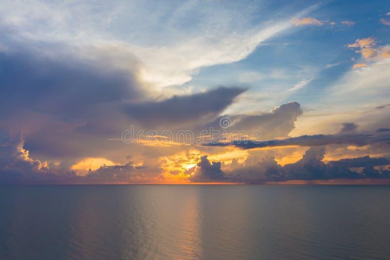 Красивое море и изумительная предпосылка голубого неба восхода солнца стоковое изображение