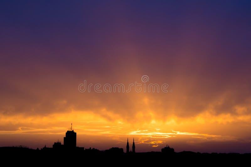 Красивое небо захода солнца, выравнивая городской пейзаж Силуэт зданий над красочной предпосылкой облачного неба стоковая фотография rf