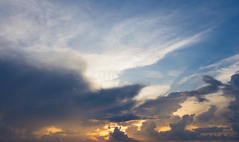 Красивое небо захода солнца и пасмурная предпосылка стоковые фото