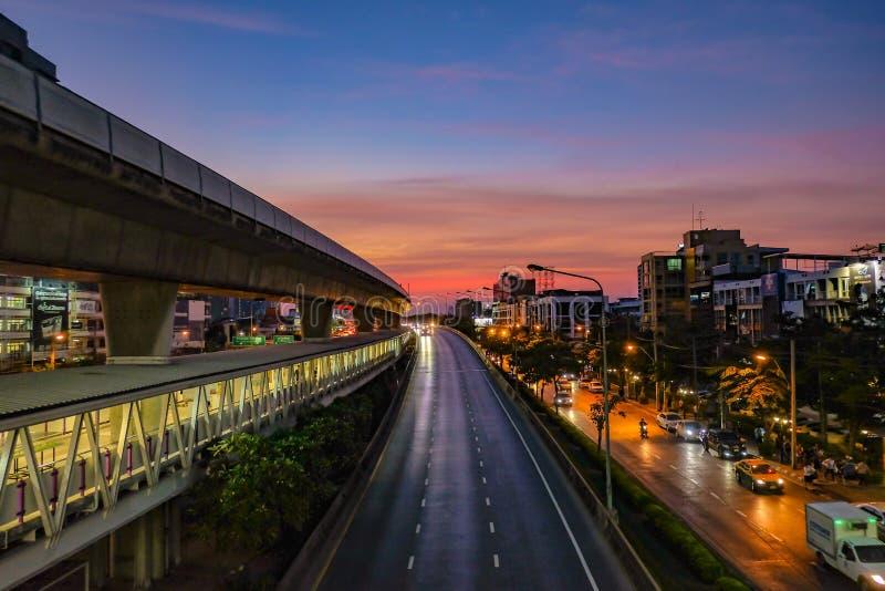 Красивое небо захода солнца с движением около BTS в городе Бангкока стоковое фото rf