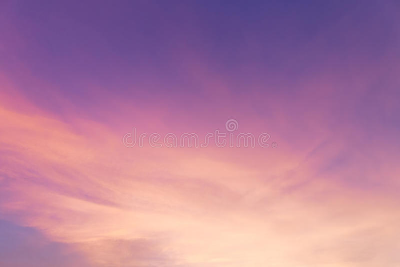 Красивое небо захода солнца и пасмурная предпосылка стоковая фотография rf