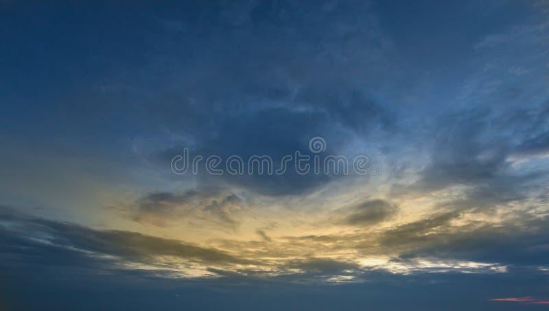Красивое небо захода солнца и пасмурная предпосылка стоковое фото rf