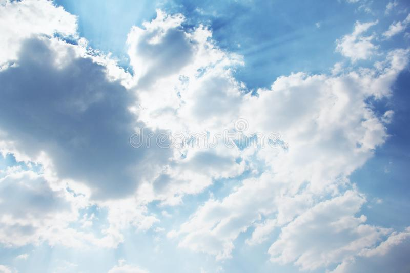 Красивое небо Лучи солнца за облаками ( стоковое изображение