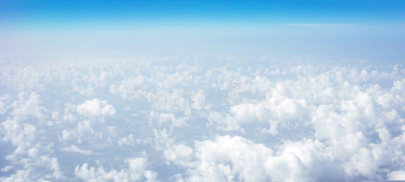 Красивое небо над облаками Плоский взгляд окна с голубым небом и облаками стоковое изображение
