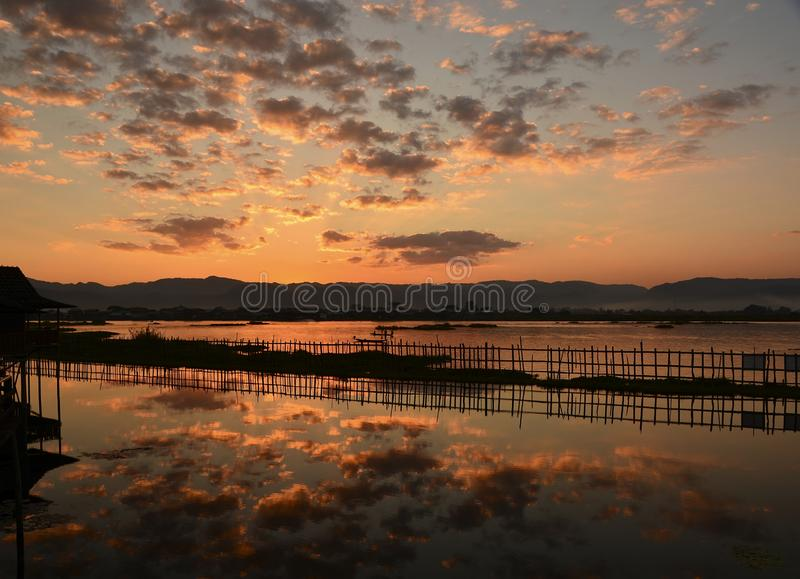 Красивое небо сумрака над озером Inle стоковое фото rf