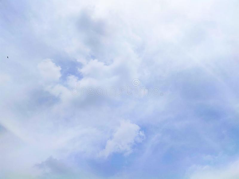 Красивое небо с белым облаком стоковое фото