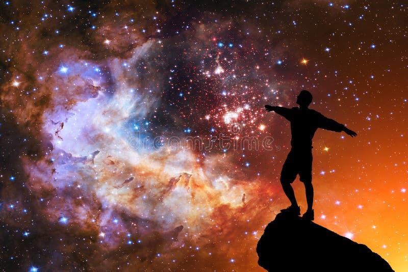 Красивое ночное небо со звездами и силуэтом человека положения одного стоковое изображение rf