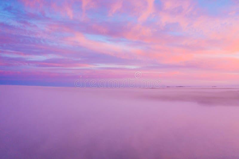 Красивое облачное небо захода солнца от вида с воздуха стоковое фото rf