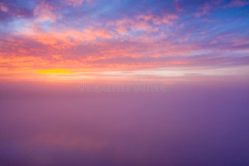 Красивое облачное небо захода солнца от вида с воздуха стоковая фотография