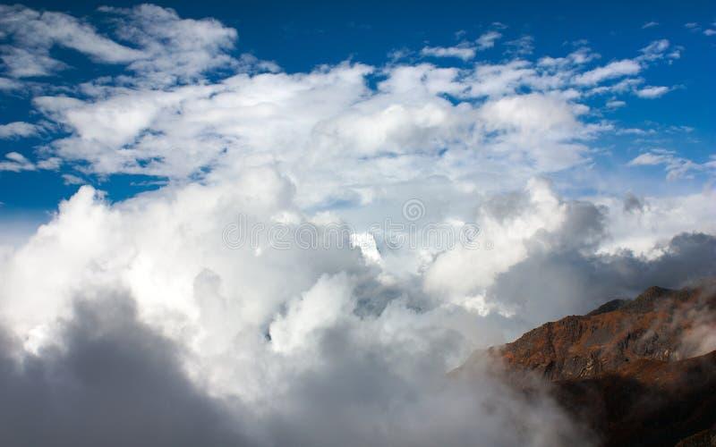 Красивое облако на горах стоковое изображение
